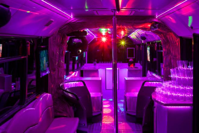 Rúdtáncos lánybúcsú partybuszozással